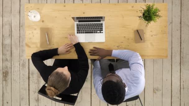 Férfi és nő keres valami új projektet a laptopon