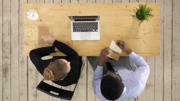 Üzleti csapat dolgozik laptop és jegyzeteket projekt