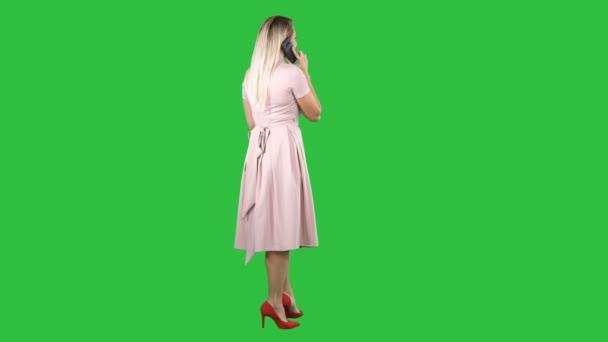 Állandó hívást kezdeményez egy zöld képernyő, Chroma Key, fiatal szép lány.
