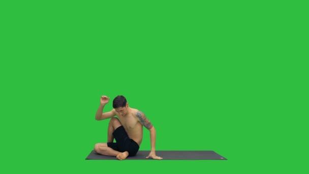Muži cvičí jógu, protahování trupu na zelené obrazovce, Chroma Key.