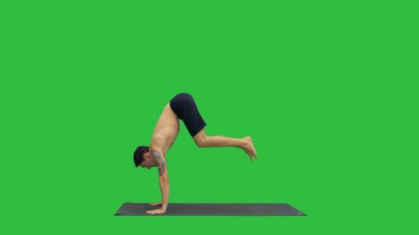 Jóga Dwi Pada Sirsasana nohy za hlavou představují na zelené obrazovce, Chroma Key.