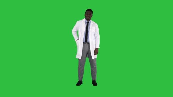 in voller Länge. Lächelnder Arzt oder Sanitäter, der Nasenspray auf einem grünen Bildschirm präsentiert, Chroma-Schlüssel. Professionelle Aufnahme in 4k Auflösung. 012. Sie können es z.B. verwenden: in Ihrem Werbevideo, medizinischen, geschäftlichen