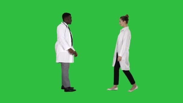 Schön, Sie kennenzulernen Ärzte treffen und Hände schütteln auf einem grünen Bildschirm, Chroma-Schlüssel.