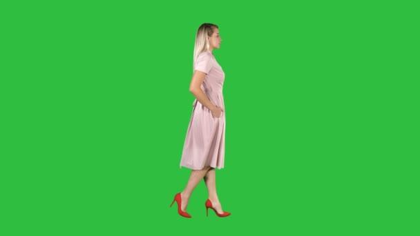 junges Mädchen in rosa auf grünem Bildschirm, Chroma-Taste.