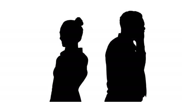 Silhouette Junge Afroamerikaner stehen Rücken an Rücken und telefonieren.
