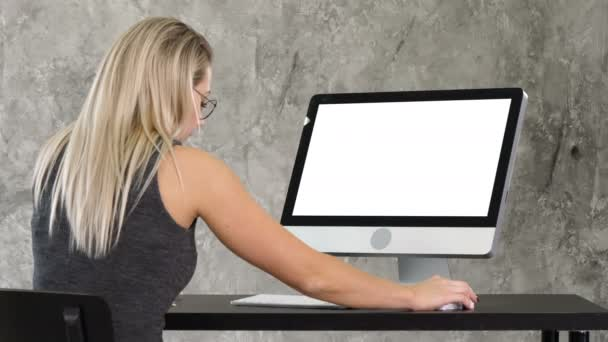 junge freundliche Betreiberin, die am Computer spricht und arbeitet. weißes Display.