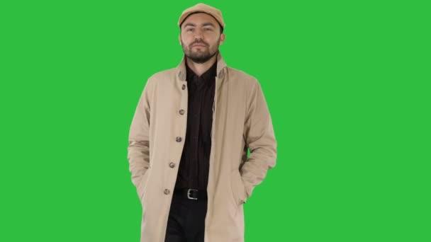 Jistý muž v příkopu, drželi se za ruce v kapsách a chůzi na zelené obrazovce, Chroma Key