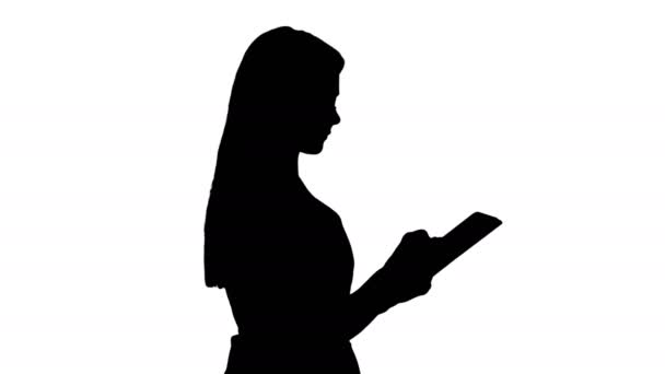 Silueta Krásná žena používá tablet a chodí.