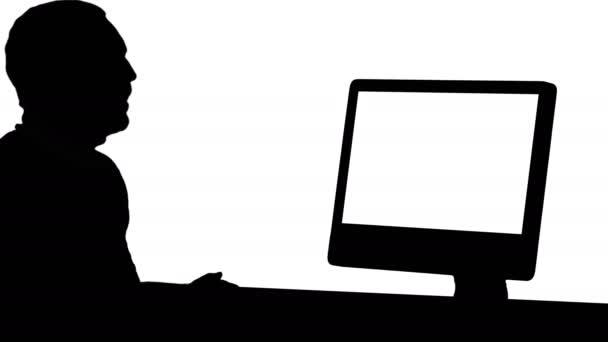 Silueta Mladý podnikatel, aby video hovor na svém počítači.