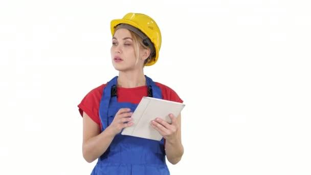 Ingenieurin überprüft Bauplan auf Touchpad und betrachtet Objekte, Gebäude um sie herum auf weißem Hintergrund.