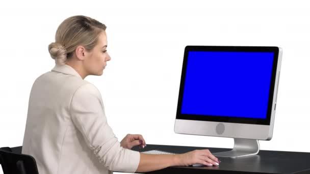Fiatal nő irodában dolgozik, ülő-on iskolapad, látszó-on idegen rádióadást figyel, fehér háttér. Kék képernyő modell.
