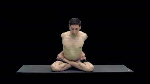 Mladý muž cvičí jógu v lotosové pozici, alfa kanál