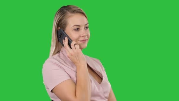 Gyártás egy hív, ül egy zöld képernyő, Chroma Key, mosolygó fiatal nő portréja.