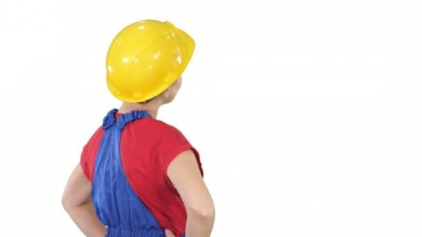 Inženýr stavební dělnice otáčení na kameru a usmívání na bílém pozadí.