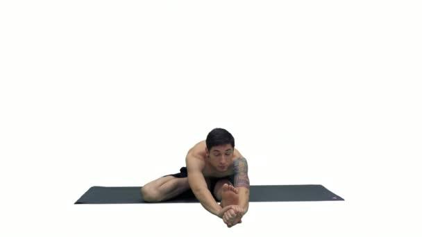 Mann in sitzender Marichyasana Yoga-Pose Stretching Bein und Wirbelsäule Übung auf weißem Hintergrund.