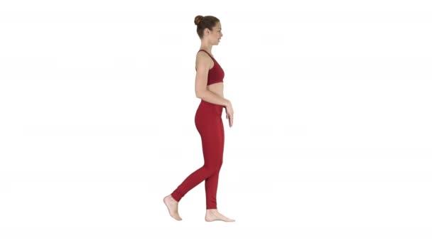 Mladá žena cvičí dechové cvičení a chůze na bílém pozadí