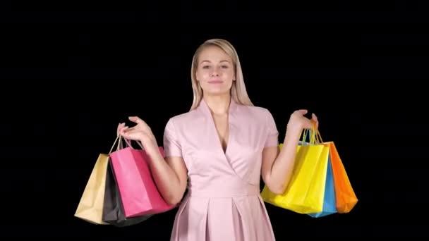 Nákupní žena spokojený úsměv, drží nákupní tašky iwhile chůzi, alfa kanál