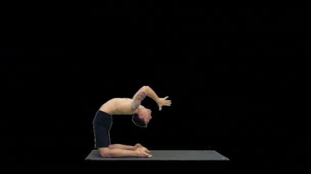 Yogi in Kamel-Yoga-Pose, Alpha Channel