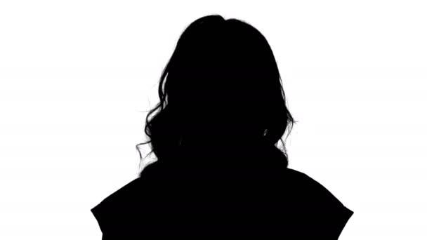 Közelről. Sziluettjét fiatal nő piros póló gyalogos, látszó-nél fényképezőgép. 4 k felbontású szakmai lövés. 006. használhatja pl. a kereskedelmi video, business, bemutatóadás,