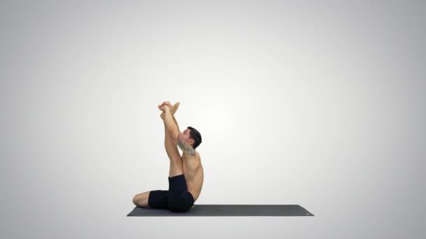 männliche Yogalehrer in Reiher-Pose intensive Achillessehnendehnung Flexibilität, Wohlfühlkonzepte auf Steigungshintergrund.