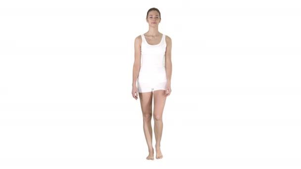 Laufen Sie barfuß Girl In weißen Shorts und weiße Shirt auf weißem Hintergrund.