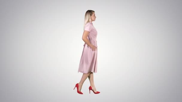 Junges Mädchen zu Fuß in rosa auf Steigungshintergrund.