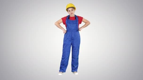 Naštvaná žena stavební dělnice ukazuje pěst Negativní agresivní emoce na její tváři na gradient pozadí.