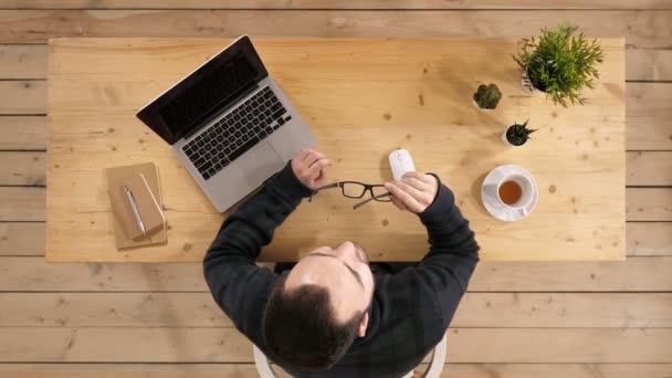 Pohled shora. Uvolněné jistý obchodní muž pauzu od práce na notebooku na mysli úlevu a snění. Profesionální snímek v rozlišení 4 k. 013. můžete použít ji například v komerčních video, lékařské