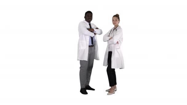 Frau und Mann Ärzte mit verschränkten Armen auf weißem Hintergrund.