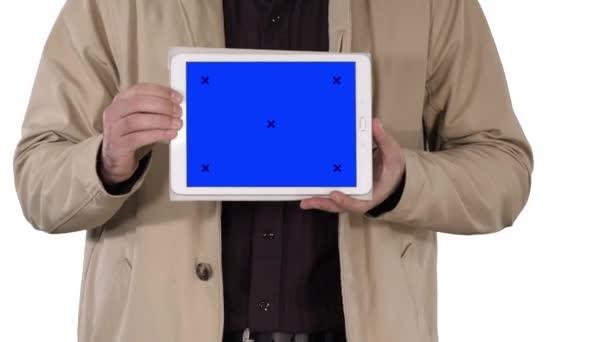Mužské ruce drží tablet s modrou obrazovkou maketa na bílém pozadí
