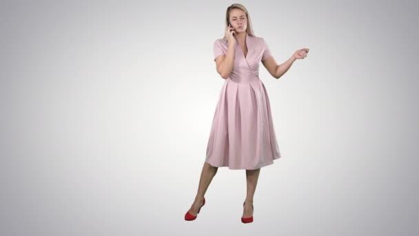 Frau im Kleid lächelt und spricht auf Smartphone auf Steigungshintergrund.