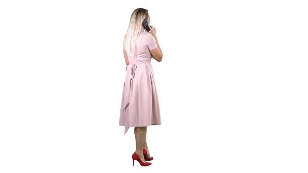 Junges schönes Mädchen Telefonieren auf weißem Hintergrund stehen.