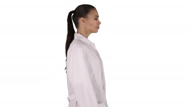 Doktor Kosmetikerin im weißen Gewand läuft auf weißem Hintergrund.