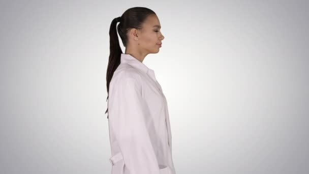 Ärztin Kosmetikerin im weißen Gewand geht auf Steigungsuntergrund.