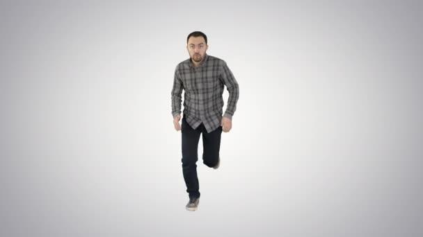 Mann in lässiger Beschleunigung und beginnt auf Gefällstrecke schnell zu laufen.