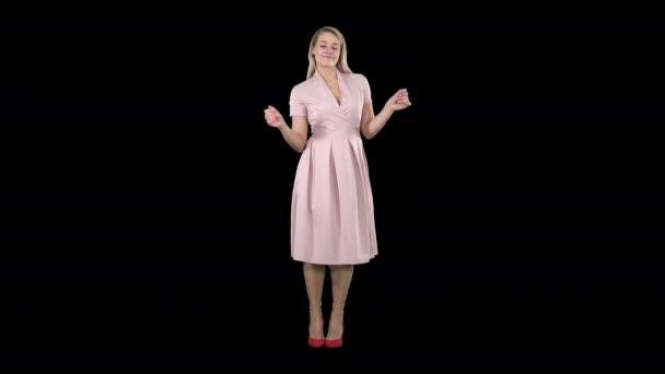 Dívka v letních šatech tanec na hudbu, Alpha Channel