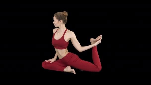 Gyönyörű fiatal nők jógáznak vagy pilates gyakorlatoznak Egy lábú galamb király pózol, Eka Pada Rajakapotasana, Alpha Channel