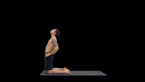 Sportlicher junger Mann beim Workout, Yoga, Pilates oder Fitnesstraining, stehend in Asana Ustrasana, Ustrasana oder Camel Pose, Alpha Channel