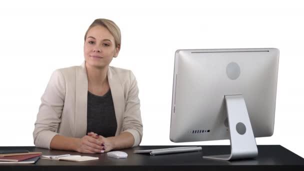 Vidám üzletasszony ül az asztalnál, az office, és nézi a kamera egy zöld képernyő Chroma Key, fehér háttér