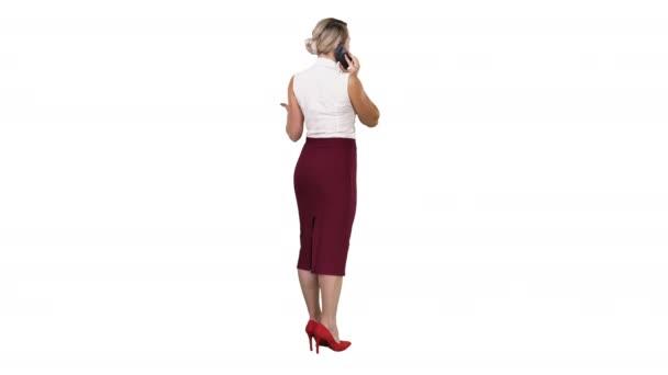 Junge schöne Frau mit einem Mobiltelefon Telefonieren auf weißem Hintergrund stehen.