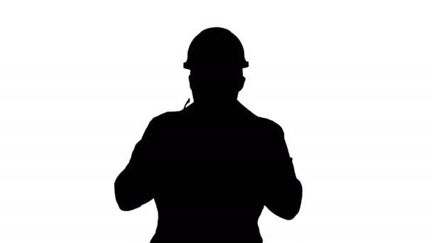 Sziluett átlátszó biztonsági üveg a kezében. Munkavállaló kipróbálás-ra védőszemüveg.