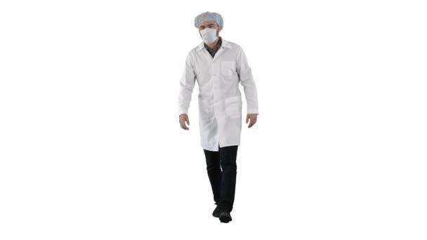 Junge Ärztin mit Maske und Mütze auf weißem Hintergrund.