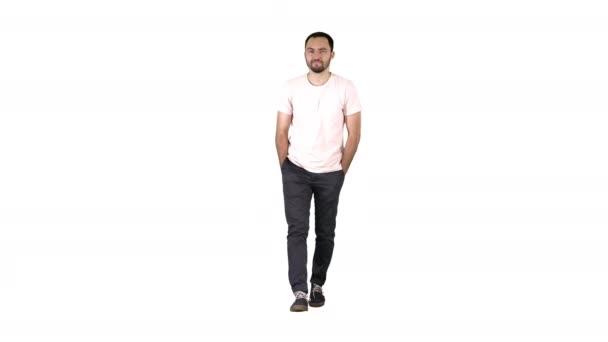 Magabiztos fiatal felnőtt ember gyaloglás továbbít és látszó-on fényképezőgép-ban fehér ing-ra fehér háttér.