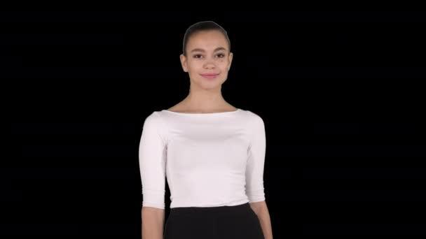Frau zeigt und präsentiert Kopierraum in Businesskleidung, Alpha Channel