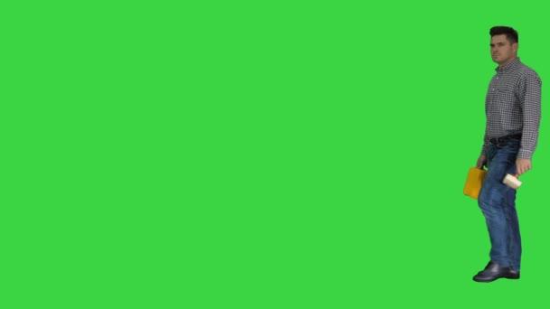 Malíř, který kráčí a ukazoval štětcem na zelenou obrazovku, klíč Chroma.