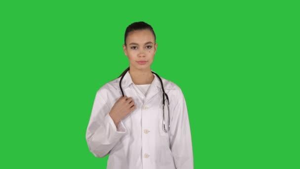 Terapeut žena, která jde přímo na zelenou obrazovku, klíč Chroma.