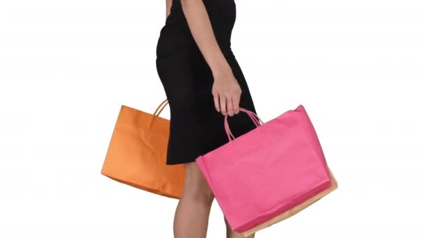 Mladá žena s nákupníma taškama z obchodu na bílém pozadí.