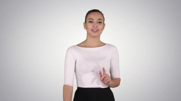 Geschäftsfrau Moderatorin spricht und zeigt Produkt oder Text auf Gradientenhintergrund.
