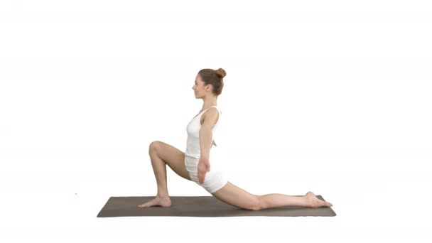 Sportovně atraktivní dívka cvičila jómu, která stojí v cvičení koní, anjaneyasana na bílém pozadí.