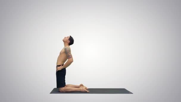 Sportovní mladí muži pracující, jóga, pilates nebo fitness trénink, stojící v Asana ushtrasana, Ustrasana nebo na velbloudí pozici na přechodových pozadí.